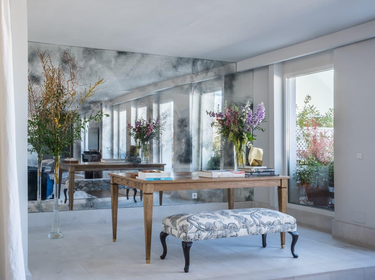Estudio María Santos Reforma integral y decoración de vivienda minimalista Madrid espejo pared