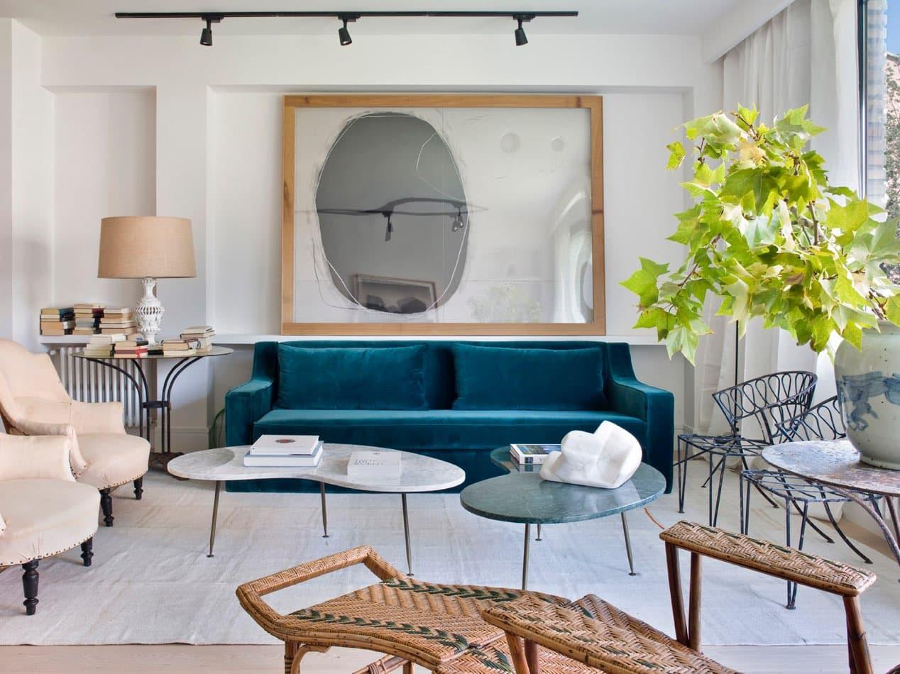 Estudio María Santos Reforma integral y decoración de vivienda minimalista Madrid sofa de terciopelo azul petróleo salón