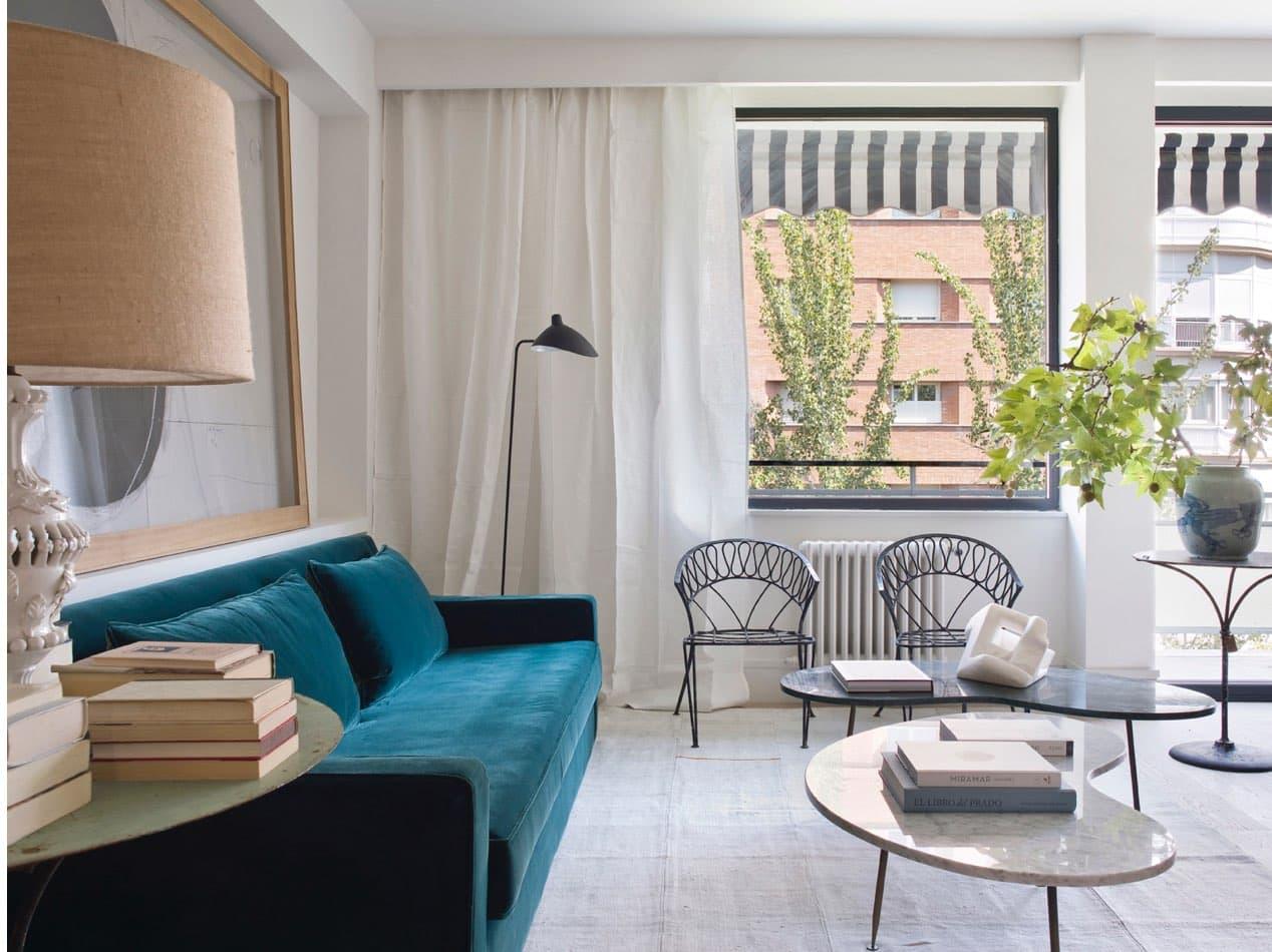 Estudio María Santos Reforma integral y decoración de vivienda minimalista Madrid salon con sofa de terciopelo verde petróleo