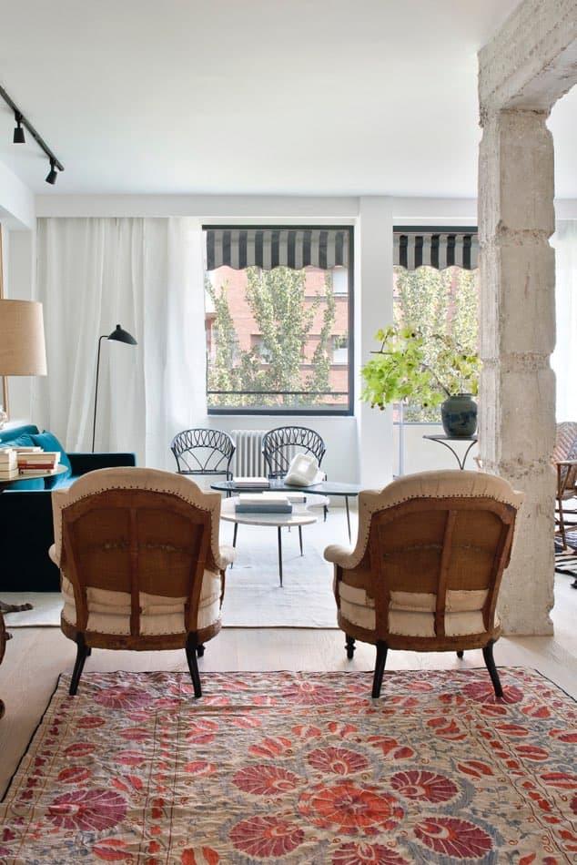 Estudio María Santos Reforma integral y decoración de vivienda minimalista Madrid con butacas