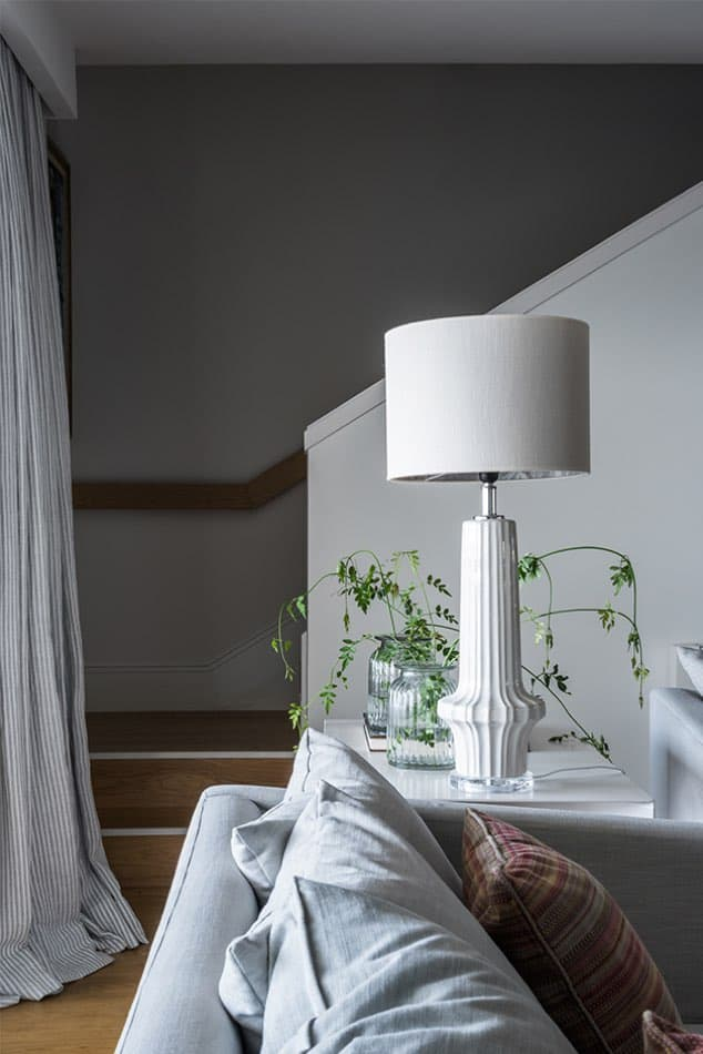 Estudio María Santos Reforma integral y decoración de vivienda mediterránea marbella salón lámpara blanca