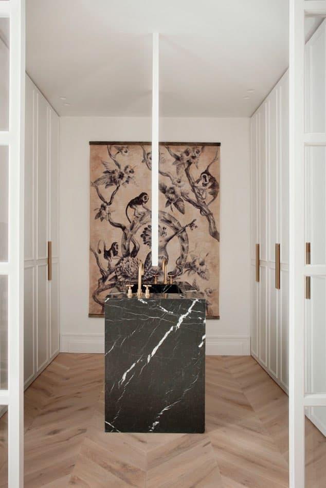 Estudio María Santos Reforma integral y decoración de vivienda minimalista Madrid encimera marmol negro cuadro oriental