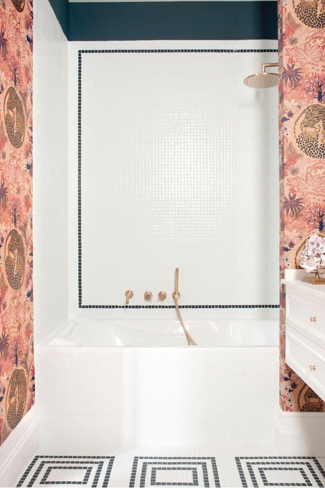 Estudio María Santos Reforma integral y decoración de vivienda minimalista Madrid cuarto de baño blanco empapelado en tonos rosas
