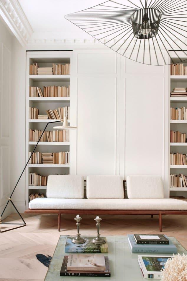 Estudio María Santos Reforma integral y decoración de vivienda minimalista Madrid Sofa blanco biblioteca