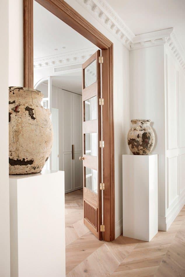 Estudio María Santos Reforma integral y decoración de vivienda minimalista Madrid Jarrron tibor beige