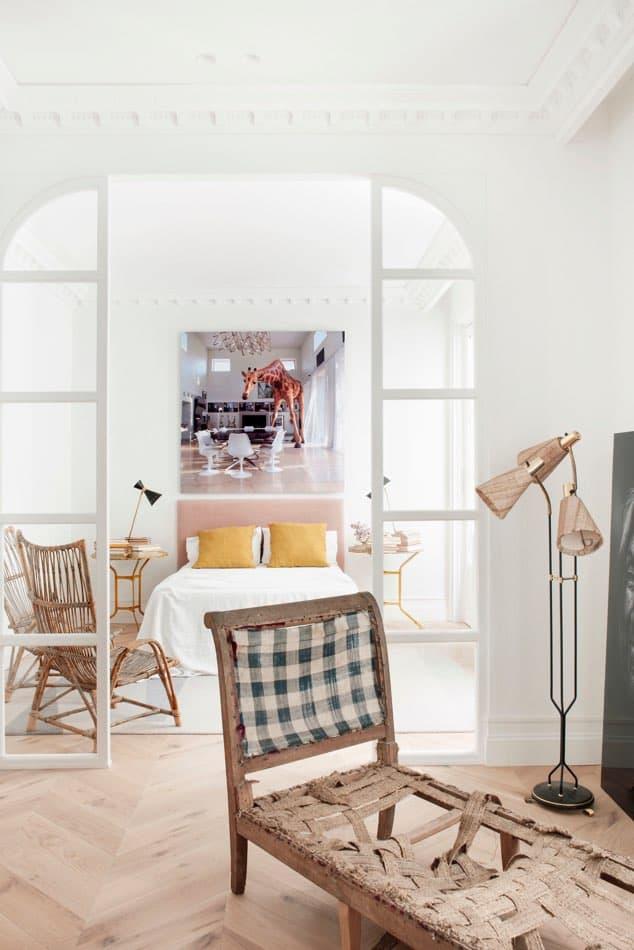 Estudio María Santos Reforma integral y decoración de vivienda minimalista Madrid Chaise longue cojin amarillo