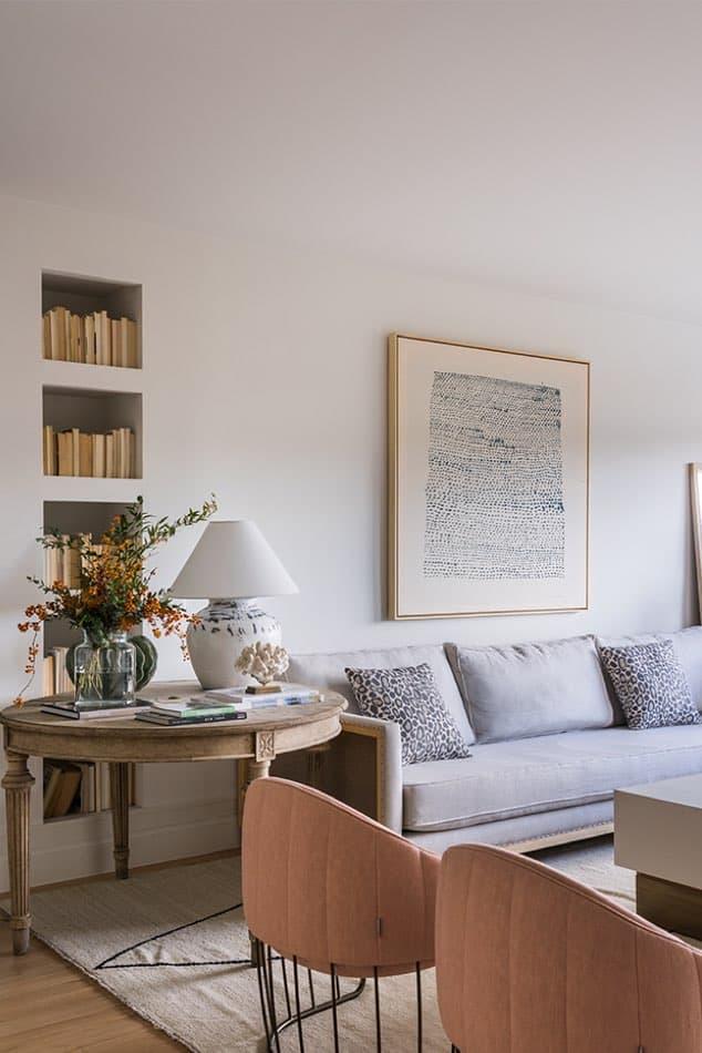 Estudio María Santos Reforma integral y decoración de vivienda minimalista Madrid salón sillas rosas sofa gris