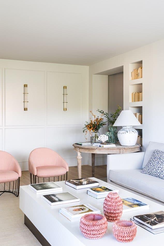 Estudio María Santos Reforma integral y decoración de vivienda minimalista Madrid butacas rosas sofa blanco salón