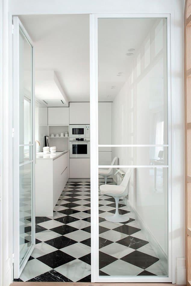 Estudio María Santos Reforma integral y decoración de vivienda minimalista Madrid cocina suelo blanco y negro