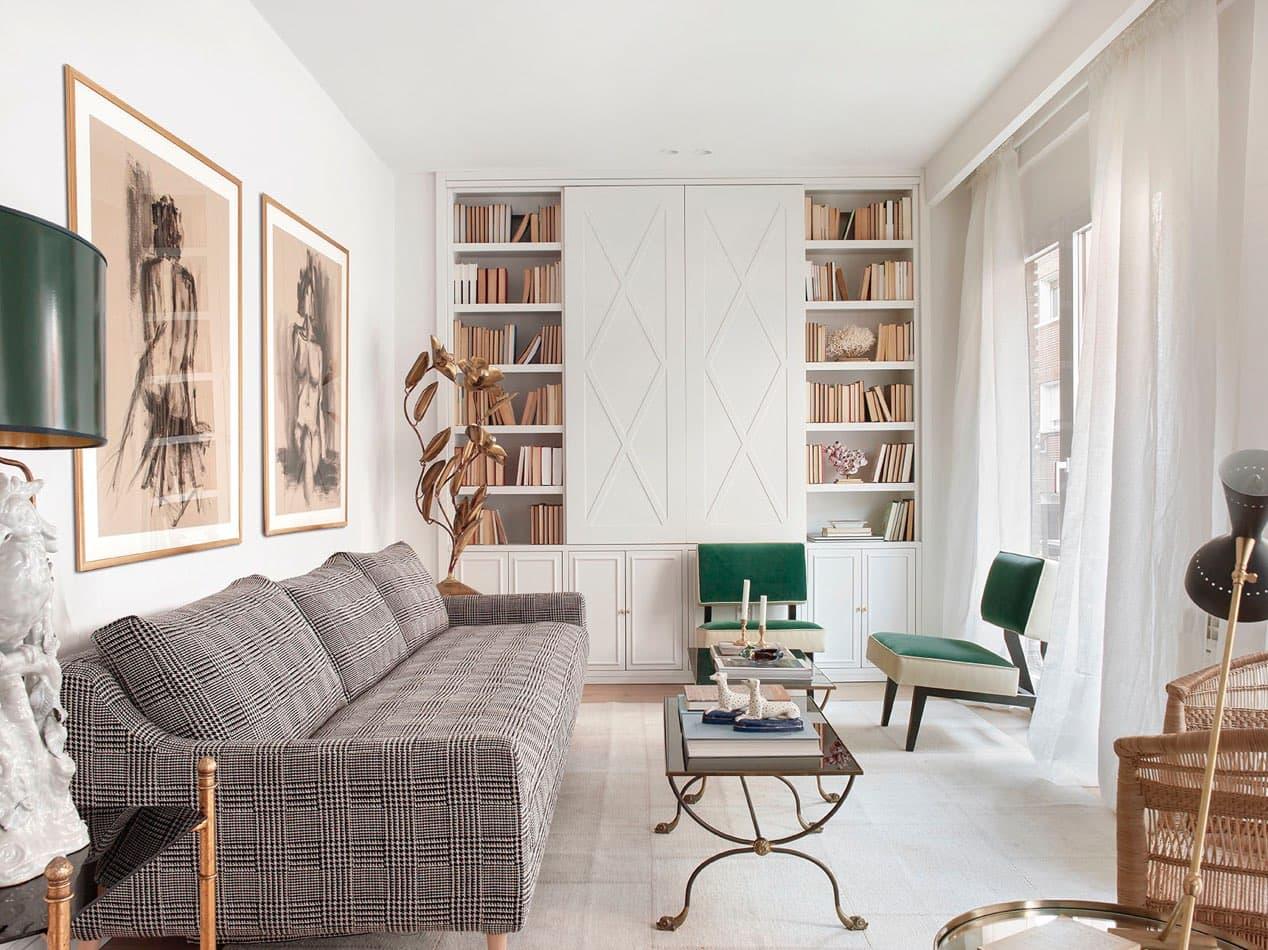 Estudio María Santos Reforma integral y decoración de vivienda minimalista Madrid sofá tartán gris butacas terciopelo verde y blancas lámpara de flores en latón
