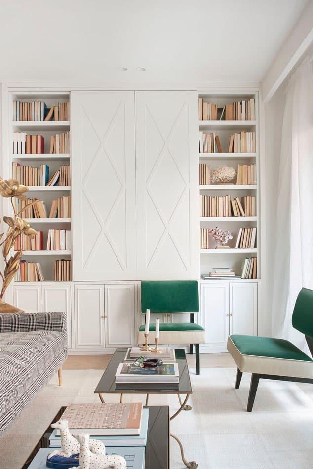 Estudio María Santos Reforma integral y decoración de vivienda minimalista Madrid Biblioteca blanca con butacas en terciopelo verde