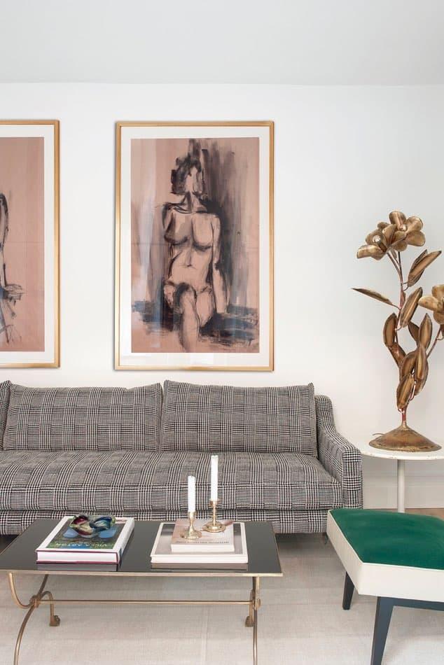 Estudio María Santos Reforma integral y decoración de vivienda minimalista Madrid salón con sofá de tartán gris, cuadro moderno y lámpara de flor en latón