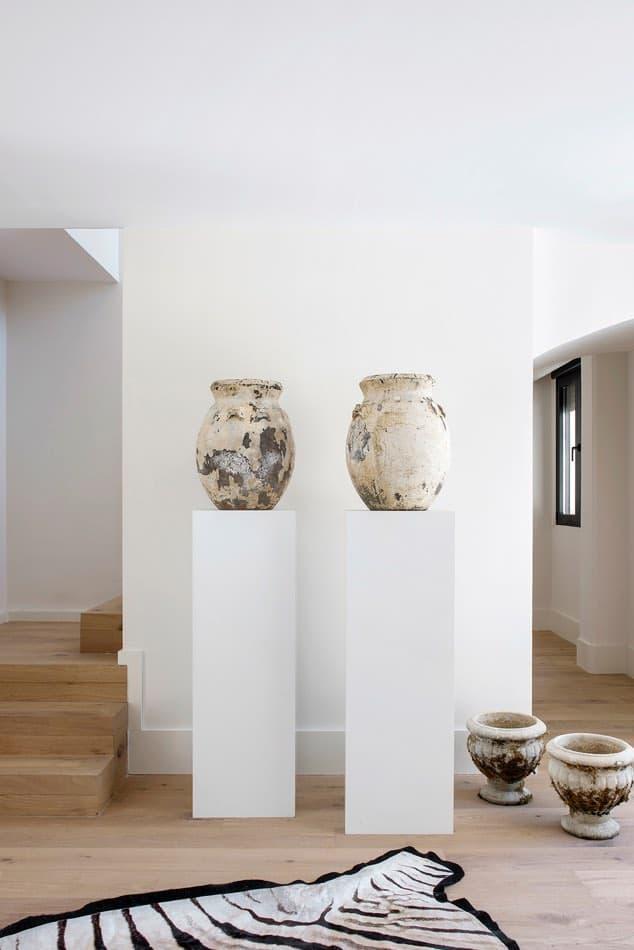 Estudio María Santos Reforma integral y decoración de vivienda minimalista Madrid tinaja salón alfombra cebra