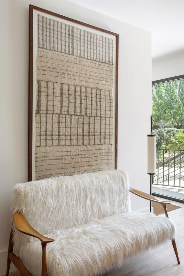 Estudio María Santos Reforma integral y decoración de vivienda minimalista Madrid sofá de pelos blancos