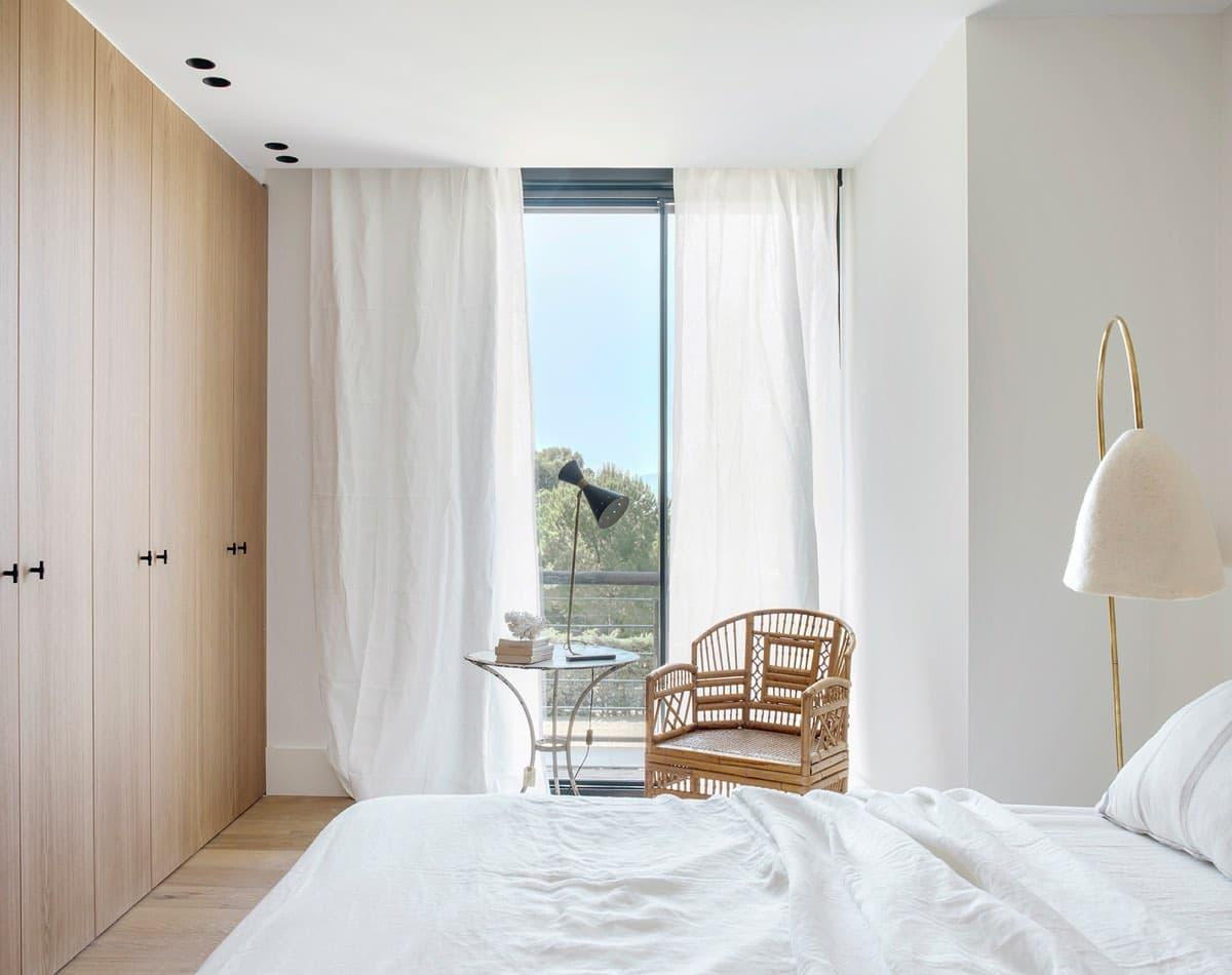 Estudio María Santos Reforma integral y decoración de vivienda minimalista Madrid dormitorio en tonos blancos