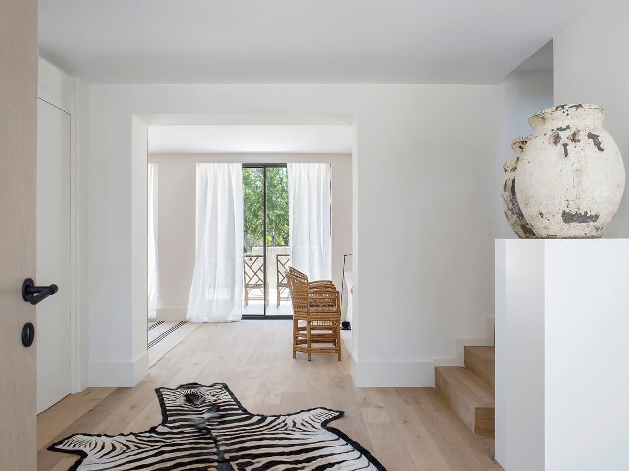 Estudio María Santos Reforma integral y decoración de vivienda minimalista Madrid alfombra de cebra