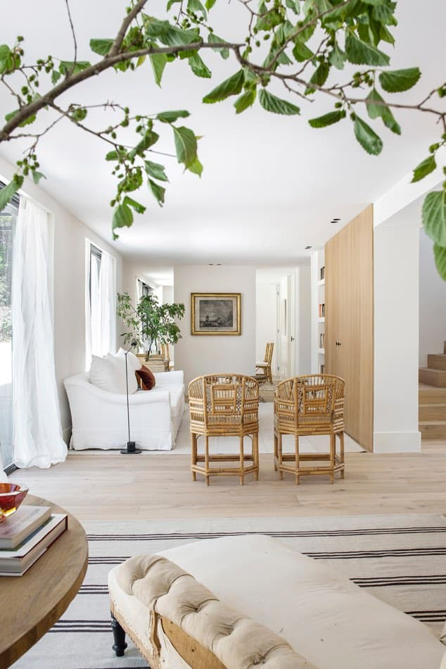 Estudio María Santos Reforma integral y decoración de vivienda minimalista Madrid sofa blanco sillas mimbre salón