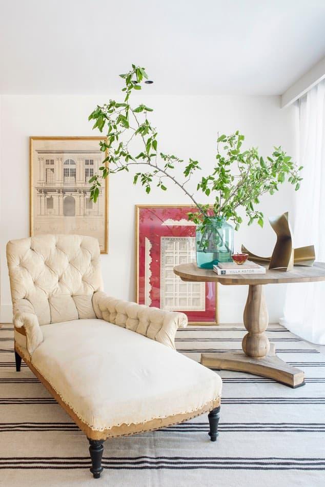 Estudio María Santos Reforma integral y decoración de vivienda minimalista Madrid chaise longue beige en capitoné
