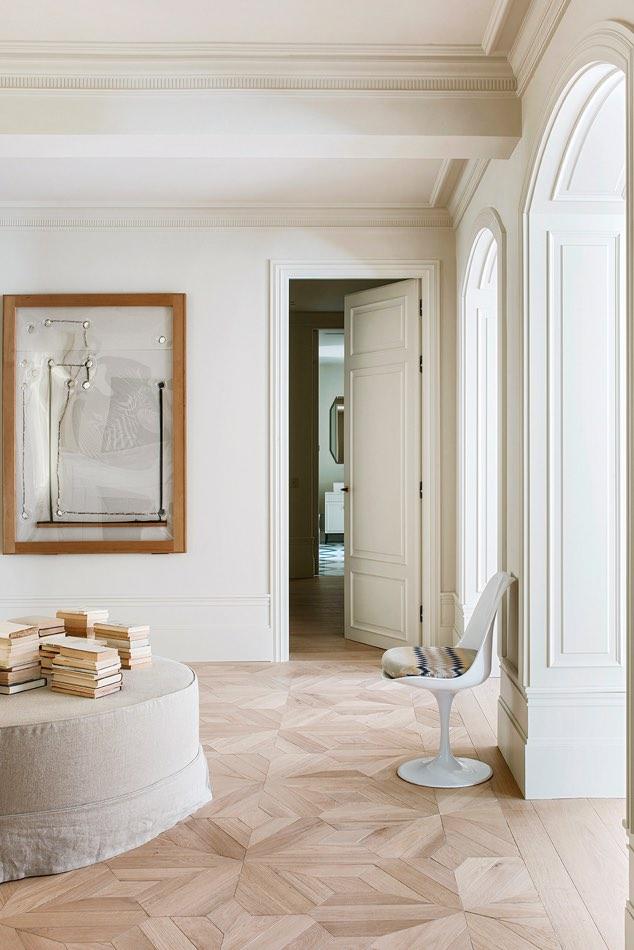 Estudio Maria Santos Reforma integral y decoración en Madrid salón minimalista en tonos blancos silla blanca puff en lino