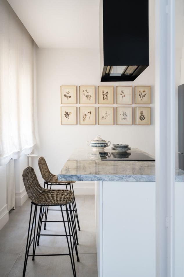 Estudio María Santos Reforma integral y decoración de vivienda minimalista Madrid encimera marmol gris con banquetas de tartan gris para la cocina