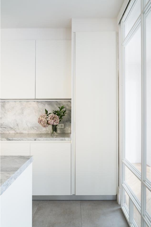 Estudio María Santos Reforma integral y decoración de vivienda minimalista Madrid cocina blanca