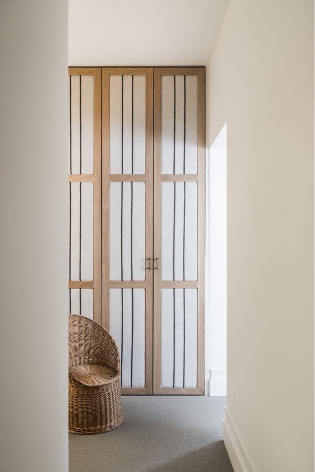 Estudio María Santos Reforma integral y decoración de vivienda minimalista Madrid cuarto silla mimbre