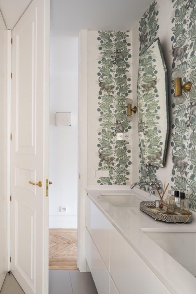 Estudio María Santos Reforma integral y decoración de vivienda minimalista Madrid cuarto de baño empapelado con hojas verdes