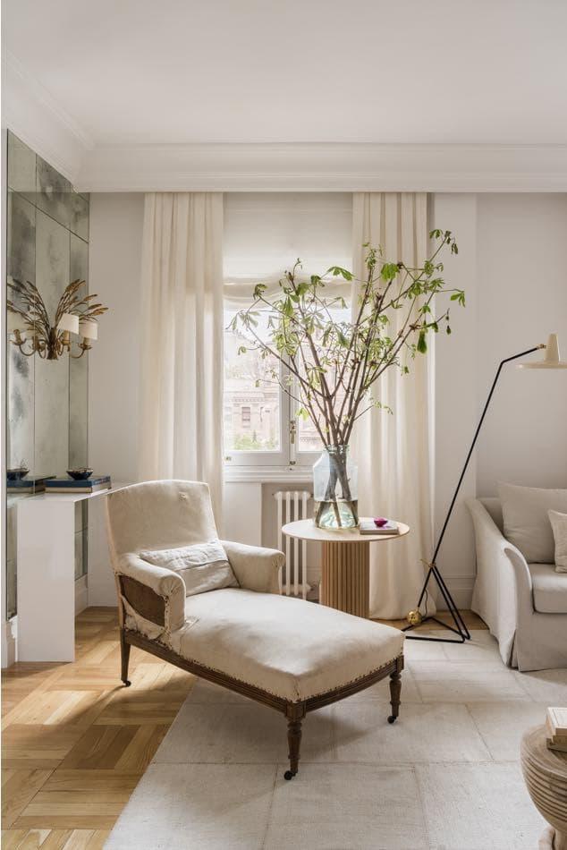 Estudio María Santos Reforma integral y decoración de vivienda minimalista Madrid chaise longue beige