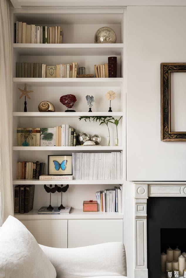 Estudio María Santos Reforma integral y decoración de vivienda minimalista Madrid biblioteca blanca